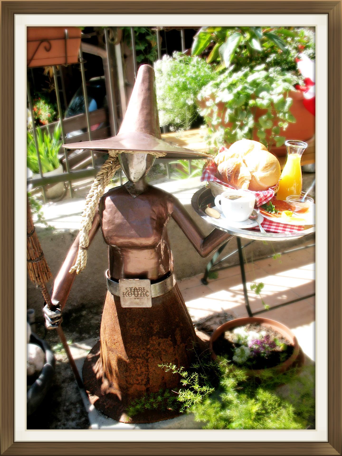 Dobrodošlico vam izreka hišna čarovnica