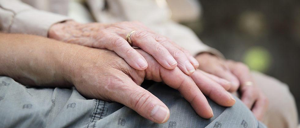 Kdaj je primeren čas za paliativno oskrbo?   Kadarkoli je bolnik neozdravljivo bolan, ne glede na starost ali obdobje trajanja zdravljenja neozdravljive bolezni. Več o tem