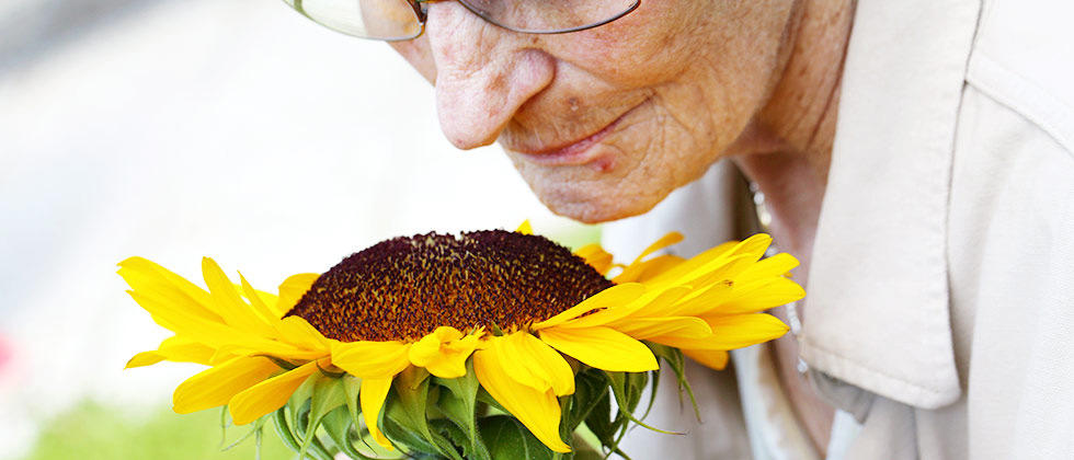 Kaj je paliativna oskrba?   Paliativna oskrba je aktivna celostna obravnava bolnikov z neozdravljivo boleznijo in podpora njihovim bližnjim, slednjim tako v času bolezni kot v času žalovanja.  Več o tem