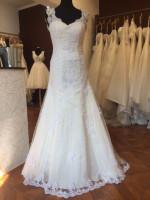 Možen odkup oblek po 190€,290€ in 390€.Na zalogi je več kot 70 modelov poročnih oblek.