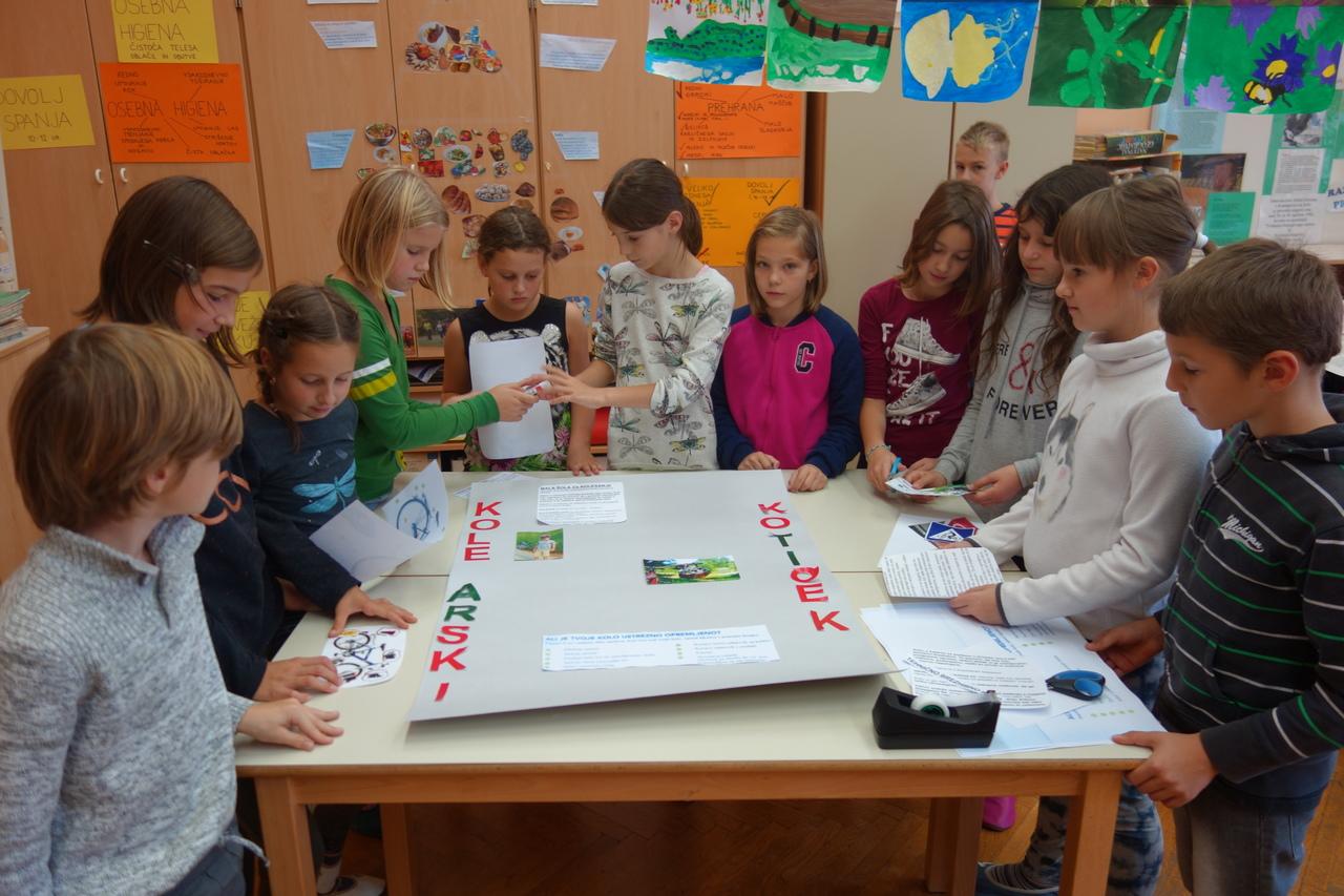Učenci OŠ Kostanjevicana Krki oblikujejo kolesarski kotiček